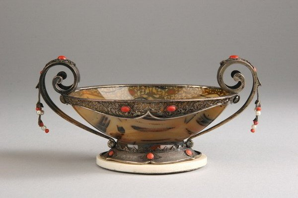 2554: CONTINENTAL SILVER-MOUNTED AGATE CUP. 800-fine to