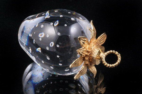 1185: YELLOW GOLD MOUNTED STEUBEN GLASS STRAWBERRY FORM