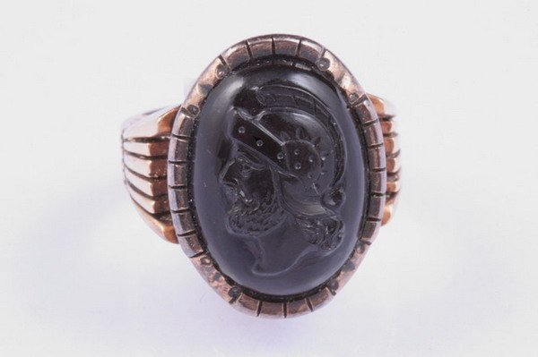 1186: VICTORIAN YELLOW GOLD AND CARVED CARNELIAN CABOCH