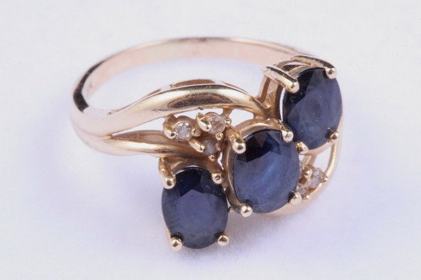 1188: 14K YELLOW GOLD, SAPPHIRE AND DIAMOND RING.