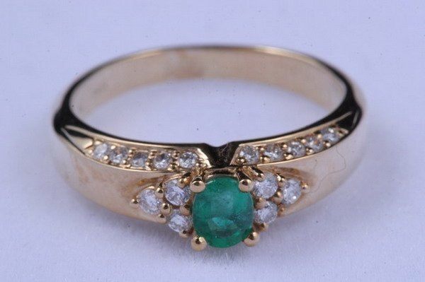 1190: 14K YELLOW GOLD, DIAMOND AND EMERALD RING.