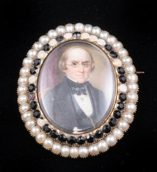 1193: VICTORIAN YELLOW GOLD, PEARL AND JET OVAL PORTRAI