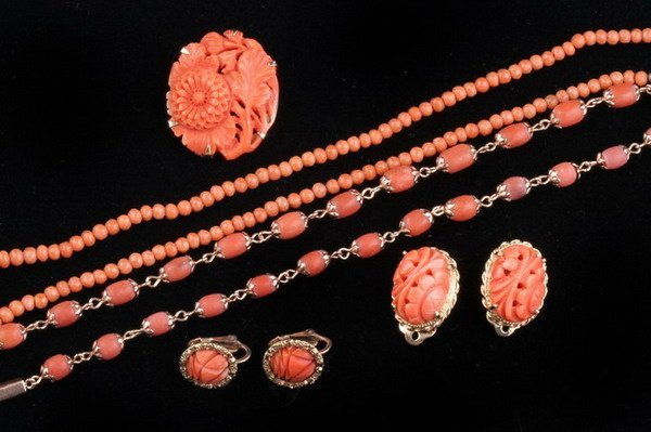 1195: SEVEN PIECES 14K YELLOW GOLD AND CORAL JEWELRY.