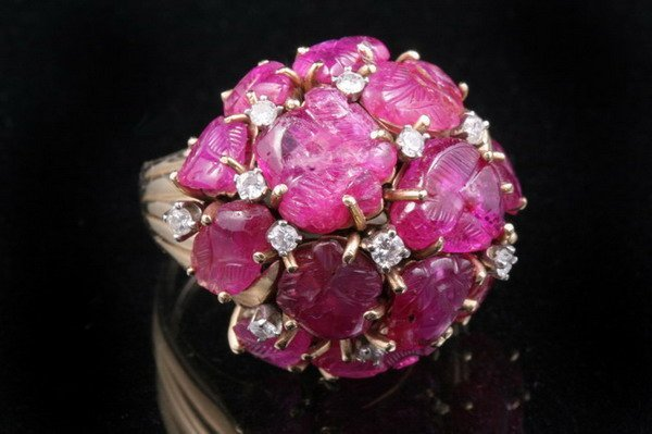 1200: 18K YELLOW GOLD, CARVED RUBY AND DIAMOND DOME FOR