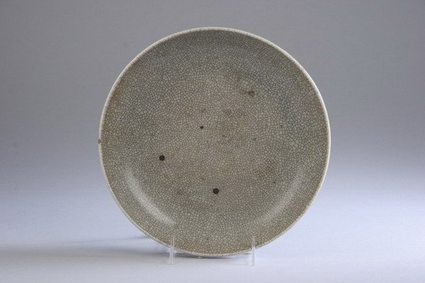 12: CHINESE GE-TYPE PORCELAIN CHARGER, Early Qing Dynas
