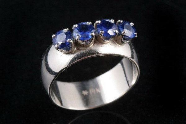 1052: 14K WHITE GOLD AND SAPPHIRE BAND.