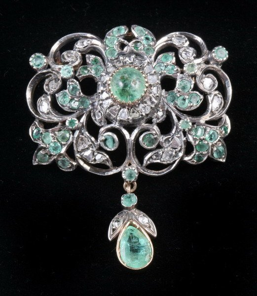1064: YELLOW GOLD, SILVER, DIAMOND AND EMERALD PENDANT/