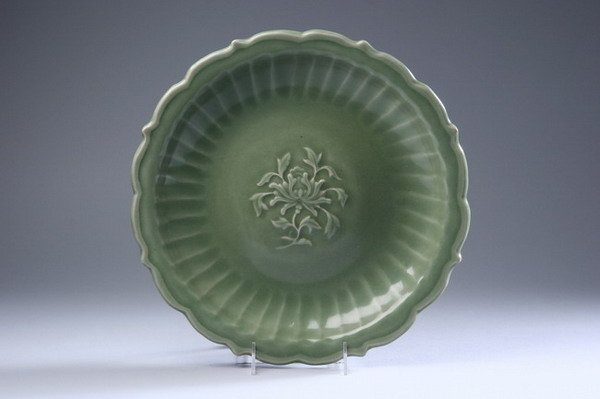 18: CHINESE CELADON PORCELAIN BARBED CHARGER, Ming Dyna