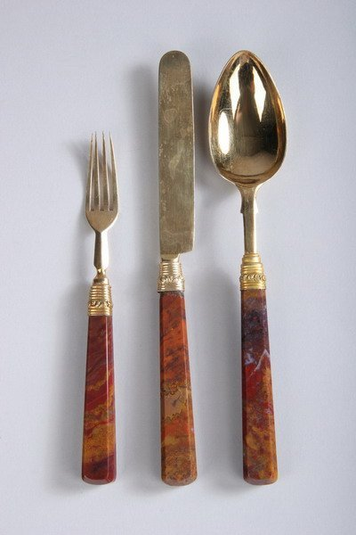 603: VICTORIAN AGATE-HANDLED SILVER-GILT PLACE SETTING,