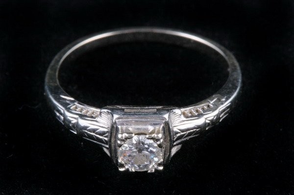 1135: 14K WHITE GOLD AND DIAMOND RING,