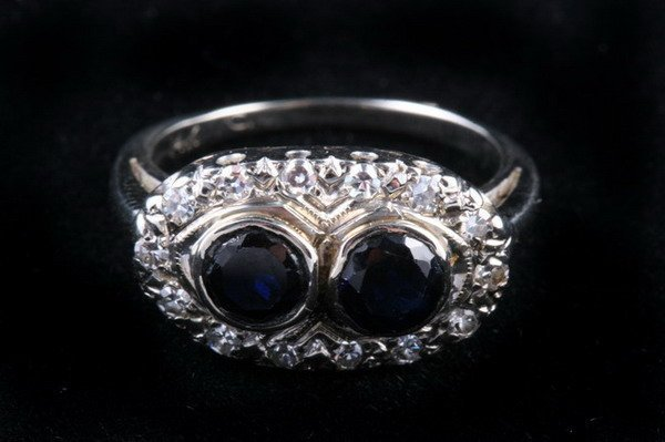 1149: 14K WHITE GOLD AND SAPPHIRE RING,