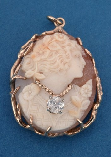 802: A 14K YELLOW GOLD SHELL CAMEO.   Silhoue