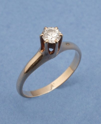 810: A 14K YELLOW GOLD AND DIAMOND RING.   Ce