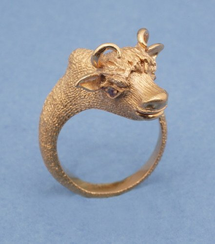 813: AN 18K YELLOW GOLD RING.   Of bypass des