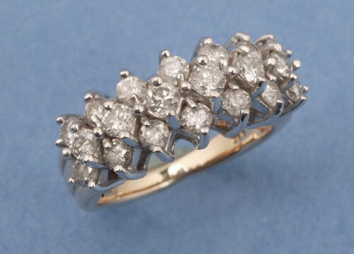 819: AN 18K WHITE GOLD AND DIAMOND RING.   Co