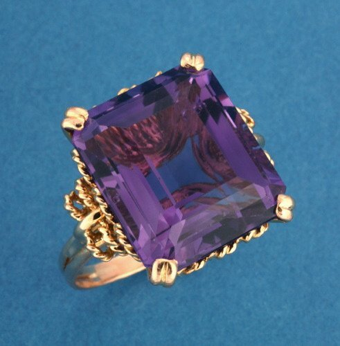 821: A 14K YELLOW GOLD AND AMETHYST RING.   C