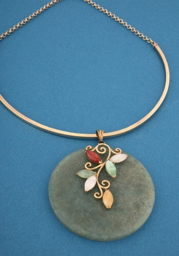 822: A YELLOW GOLD AND JADE PENDANT NECKLACE.