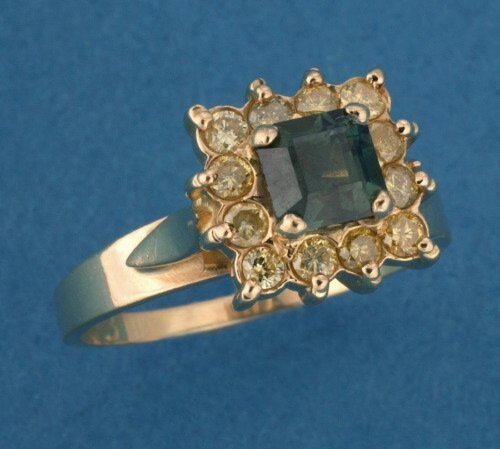 824: A YELLOW GOLD, GREEN SAPPHIRE AND DIAMON