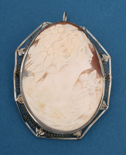 825: A 14K WHITE GOLD SHELL CAMEO.   Features