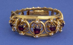 1017A: A YELLOW GOLD VICTORIAN GARNET AND PEARL BRACELE
