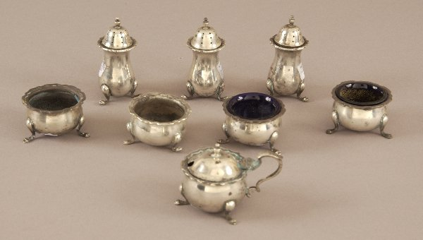 3: A COLLECTION OF GEORGE V SILVER SALTS AND PEPPERS. B