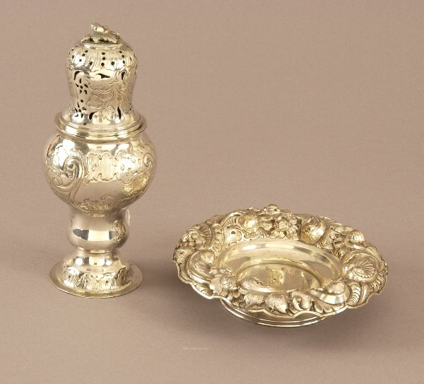 10: A CONTINENTAL SILVER MUFFINEER AND A FOOTED DISH. T
