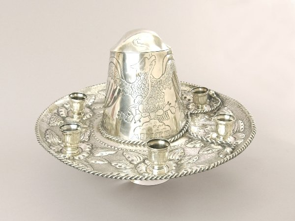 11: A MEXICAN STERLING SOMBRERO FORM TEQUILA SERVER. Th