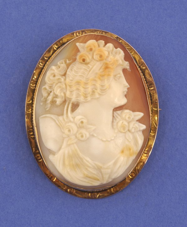 646: A 14K YELLOW GOLD SHELL CAMEO. Designed as ladiy's