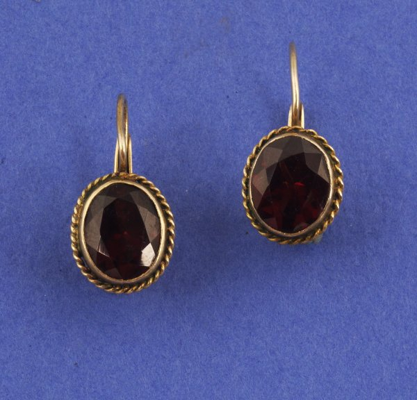 648: A PAIR OF 14K YELLOW GOLD AND GARNET EARRINGS. Bez