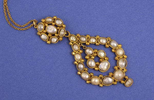 656: A PEARL LAVALIERE NECKLACE. Collet-set with mabe p
