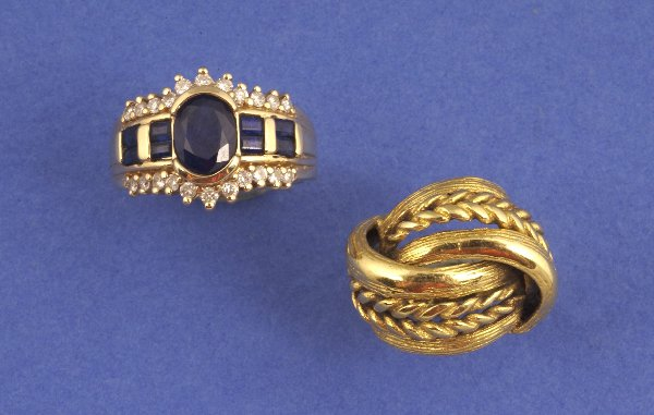 661: A 14K YELLOW GOLD, SAPPHIRE AND DIAMOND RING. Cent