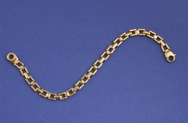 662: A 14K YELLOW GOLD BRACELET. Of link design, 8.93 d