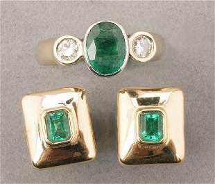 A GROUP OF YELLOW GOLD AND EMERALD JEWEL