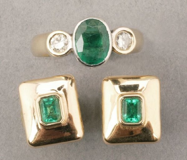 752: A GROUP OF YELLOW GOLD AND EMERALD JEWEL