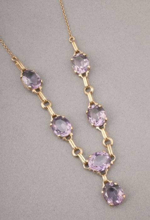 754: A 14K YELLOW GOLD AND AMETHYST NECKLACE.