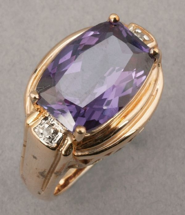 755: A YELLOW GOLD AND AMETHYST RING.  Center
