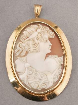 AN 18K YELLOW GOLD SHELL CAMEO BROOCH.