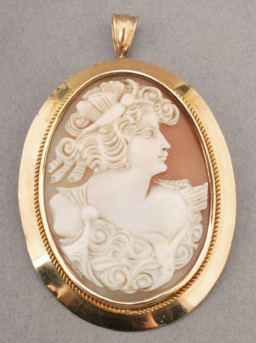 766: AN 18K YELLOW GOLD SHELL CAMEO BROOCH.