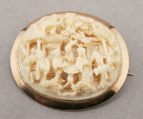 772: A YELLOW GOLD AND IVORY CAMEO.  Designed
