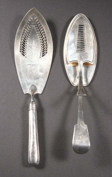 15: A GEORGE III SILVER SERVING TONG AND A FISH SLICE.
