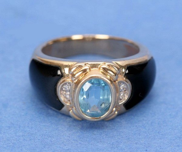 693: A 14K YELLOW GOLD, BLACK ONYX AND BLUE TOPAZ RING.