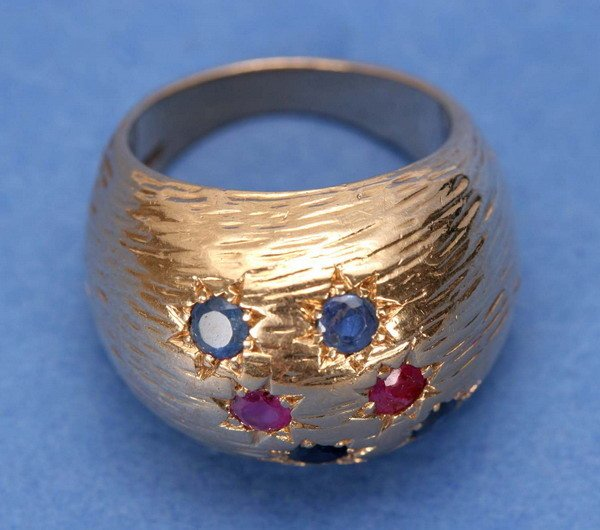 694: A 14K YELLOW GOLD, RUBY AND SAPPHIRE RING.