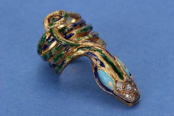 697: AN 18K YELLOW GOLD, ENAMEL AND DIAMOND RING.