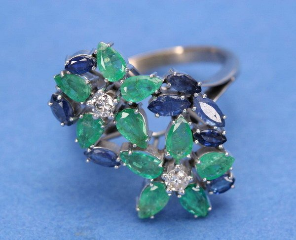 704: A WHITE GOLD, EMERALD, SAPPHIRE AND DIAMOND RING.