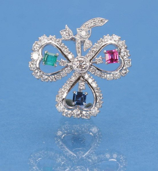 705: AN 18K WHITE GOLD, SAPPHIRE, RUBY, EMERALD AND DIA