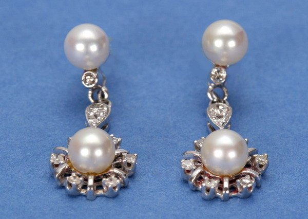 712: A PAIR OF WHITE GOLD, PEARL AND DIAMOND EARPENDANT