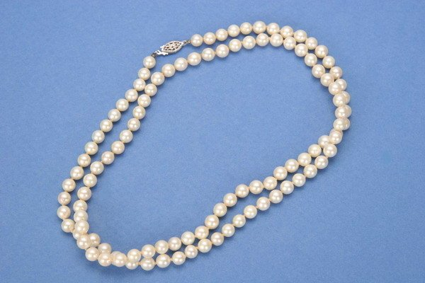 713: A CULTURED PEARL NECKLACE.