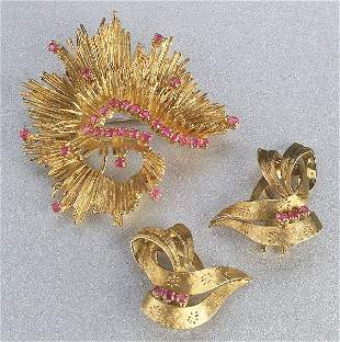 AN 18K YELLOW GOLD AND RUBY BROOCH WITH