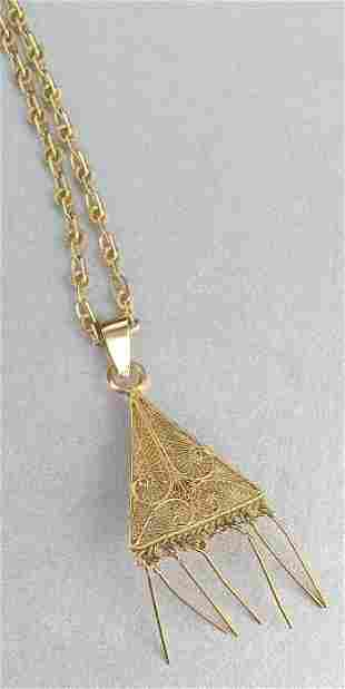 AN 14K YELLOW GOLD PENDANT ON CHAIN. Fea