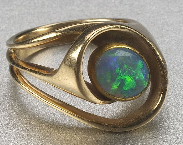 342: A 14K YELLOW GOLD AND BLACK OPAL RING,